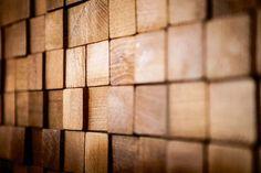 Starszym czytelnikom drewno we wnętrzach może kojarzyć się paskudnie - z boazerią, królową PRL-owskich bloków (młodsi mogli się z nią spotkać w wynajmowanych mieszkaniach). Trzeba jednak przyznać, że współczesne okładziny z drewna i jego imitacji wcale nie wyglądają siermiężnie. Kolor i wzór drewna wprowadza do wnętrz to, co jest w nim najpiękniejsze - ciepło i szlachetność. Producenci oferują zarówno klasyczne deski, jak i mniej typowe elementy - jak klocki czy drewniane 'plastry'. J...