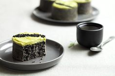 Ceux qui sont passés sur ma page Facebook hier savent d'or et déjà que la recette est basée sur de la pâte de sésame noir. Depuis le temps que j'en cherchais, autant je déteste le tahin (pâte sésame blond) autant j'adooooooore, non que dis-je, je suis totalement amoureuse de la pâte de sésame noir ! … Fancy Desserts, Asian Desserts, Coffee Dessert, Dessert Table, Tahini, Matcha Dessert, Matcha Cake, Black Food, Black Sesame