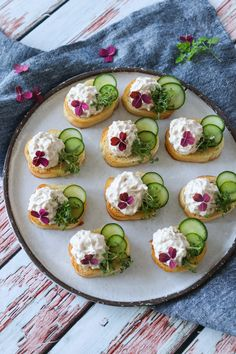 Easy Snaps With Tuna Mousse And Cucumber - Delicious Snack- Nemme Hapsere Med Tunmousse Og Agurk – Lækker Snack Easy Snaps With Tuna Mousse And Cucumber – Delicious Snack - Canapes Recipes, Raw Food Recipes, Gourmet Recipes, Appetizer Recipes, Easy Snacks, Yummy Snacks, Easy Salmon Recipes, Food Platters, Appetisers