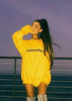 Spott - Ariana Grande gave the peace hand sign to the lens while she's wearing a yellow oversized printed sweater. Ariana Grande Outfits, Ariana Grande Fotos, Ariana Grande Pictures, Ariana Grande Tumblr, Ariana Grande Style 2018, Ariana Hrande, Ariana Grande Ponytail, Ariana Grande Cute, Mode Outfits