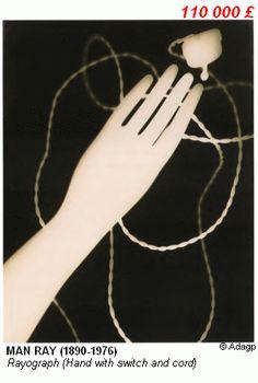 """10. Fotogramas foram outra técnica explorada na época. O jogo de luz e sombra de objetos colocados sobre o filme produz imagens de alto contraste: preto onde o objeto bloqueia a sombra e brancas onde a luz afeta a química do filme, o que dá a elas um aspecto de """"raio x"""". Man Ray foi um dos pioneiros nestas experimentações, e nomeou a técnica """"raiografia""""."""