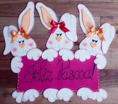 Placa de porta páscoa Happy Easter, Easter Bunny, Easter Eggs, Rabbit Crafts, Easter Projects, Class Decoration, Easter Celebration, Easter Crafts For Kids, Easter Party