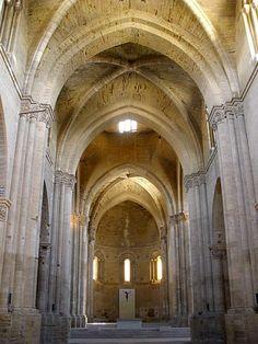 Interior de la Catedral de Lleida - Seu Vella. La fusión del románico con el cisterciense (S.XII-XIII) dan lugar a los primeros ensayos de gótico aunque espacio-luz son todavía románicos. -Gótico español.