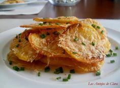 Una fantástica guarnición de patatas cocinadas al horno y aderezadas con queso Parmesano. Te apuntan todos los detalles de la receta desde el blog LOS ANTOJOS DE CLARA.