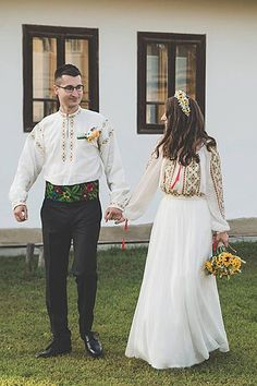 Rochie de mireasa traditionala romaneasca   costume, ii si camasi stilizate   Pagină 3 Traditional Mexican Dress, Traditional Dresses, Ukrainian Dress, Mexican Dresses, Special Dresses, Matching Outfits, Traditional Wedding, Dress Up, Clothes For Women