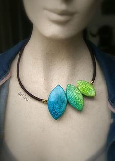 """Collier turquoise et vert """"feuilles"""" : Collier par bellou"""