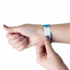 Pulseira tyvek lacre adesivo e tarja holográfica. Fitbit Alta, Bracelets, Jewelry, Fashion, Flagstone, Adhesive, Moda, Jewlery, Jewerly