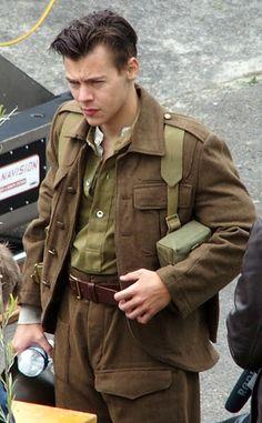 Harry Styles est canon avec sa nouvelle coupe de cheveux et un uniforme