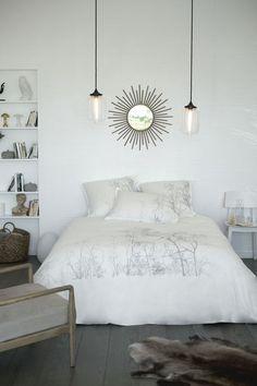 Parure de lit en percale de coton pour une chambre chic. Le petit plus ? Les luminaires suspendus en verre.