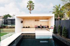 Sala de piscina en una casa australiana. Buen trabajo de reforma en el patio trasero de una casa en Australia, creando una sala de piscina, a la vez que se configuran varios espacios al aire libre. El estudio de Dan Gayfer Design diseñó un área para las reuniones familiares, equipada con barbacoa, chimenea, nevera, TV,  y sofá móvil. Hay un spa, y en el extremo de la piscina una sala revestida de madera.  #General