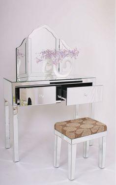 coiffeuse prétentieux dans des couleurs brillantes en verre et en acier inoxydable équipé avec des tiroirs et chaise moelleux aussi des ornements intéressants