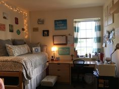 How to Decorate a College Dorm Room with Wall Art Room, Belmont University, University Dorms, Cool Dorm Rooms, Dorm Room Layouts, Cute Room Ideas, Dorm Room Themes, College Bedding