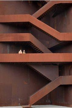 "2. Badan"" patung membentuk tangga ke samping."