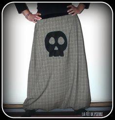 SAROUEL JUPE SKULL TETE DE MORT TISSU CLAN. TS 36-38 : Pantalons, jeans, shorts par la-fee-de-pierre