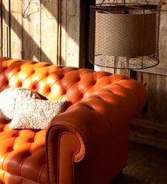 ELEGANTE CAPITONÉ  En el estilo colonial el refinamiento británico se combina con detalles exóticos. Así, nada más inglés que el clásico sofá tapizado con capitoné con el que puedes completar con mucho estilo la sala de estar.
