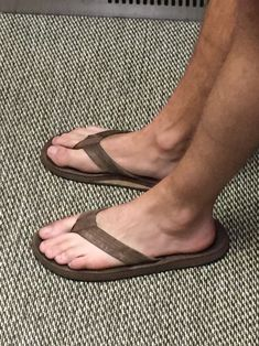 Sunday in the city Hanging out with coffee…wearing OluKai flip flops…handsome clean cut guy Mode Masculine, Mens Beach Shoes, Reef Flip Flops, Bare Men, Barefoot Men, Hang Ten, Skater Style, Male Feet, Sock Shoes