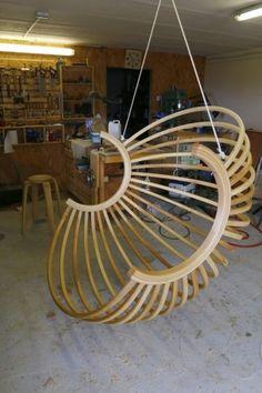 Un fauteuil boule suspendu par Toutenbois - Pas grand chose à dire, tout est dans le titre ! le cintrage à la vapeur le cintrage du lamellé collé, l'assemblage final Bref je me suis bien amusé