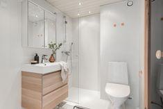 mikrosementti vanhan laatan päälle - helppo kylppäriremontti   Julkisivuremontti - Ulkoverhous Turku Room Interior, New Homes, Bathtub, Bathroom, Showers, House, Design, Bathroom Furniture, Gate Valve