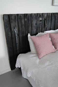 Bevara Inredning - Svart sänggavel av ladugårdsdörr