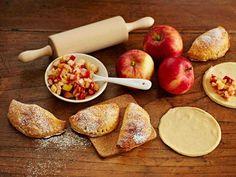 Omenaleivosten taikinassa on sitruunarahkaa ja täytteessä kanelia. Lassi, Healthy Treats, Pizza, Peach, Sweets, Cheese, Apple, Baking, Fruit