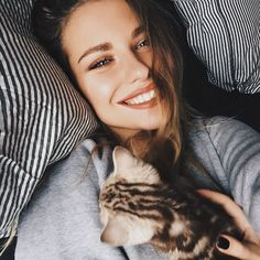 I dont know who is prettier...the woman or the kitty?