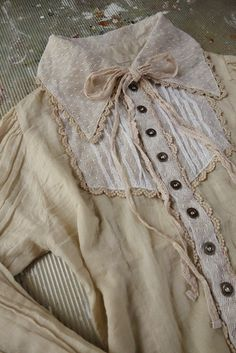 Vintage Calico Dress with High Collar trimmed with Lace Edging & a Bow . Grunge Style, Soft Grunge, Tokyo Street Fashion, Girl Japanese, Japanese Fashion, Mori Girl Fashion, Lolita Fashion, Le Happy, Vivienne Westwood