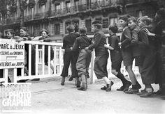 Guerre 1939-1945. Parc à jeux réservé aux enfants et interdit aux juifs. Paris, novembre 1942.