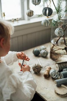 We at Boråstapeter have partnered with photographer and stylist Malin Mörner to produce a series of fabulous Christmas decorations that you can create with wallpaper. Winter Christmas, Christmas Home, Handmade Christmas, Christmas Crafts, Christmas Ornaments, Beautiful Christmas Decorations, Christmas Gift Decorations, Photos Originales, Shabby Chic Crafts