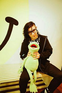 haha skrillex with my brother🐸😂 Dillon Francis, Swedish House Mafia, Alesso, Emo Guys, Best Mate, Hippie Costume, Armin Van Buuren, I Love You Forever, Emo Bands