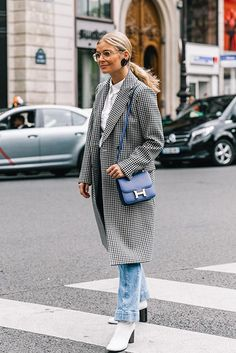 *NEW POST* Focus : les tendances mode repérées sur les street style de la Paris Fashion Week!  Manteau rouge, trench, imprimé vichy... En savoir plus : http://www.potoroze.com/blog/05-10-2017/blog-de-mode/tendances-mode-street-style-paris-fashion-week?utm_content=bufferd5e76&utm_medium=social&utm_source=pinterest.com&utm_campaign=buffer  *NEW POST* ¡Las tendencias del Street style de la Paris Fashion week! Abrigo rojo, gabardina, estampado vichy… Leer más…