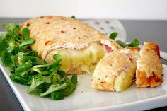 Il polpettone di pollo ripieno con purè, prosciutto e formaggio è un'ottima soluzione per un piatto unico ricco e sostanzioso. Grazie alla semplicità dei s
