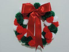 Guirlanda de Natal, feita com pompons de lã, decorada com laço. <br> <br>Podemos fazer de uma única cor ou mesclado como na imagem. <br> <br>Para presentear, receber o Natal em sua casa ou escritório. Seus colegas e familiares vão adorar.