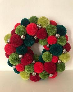 Christmas Pom Pom Crafts, Xmas Wreaths, Diy Christmas Gifts, Christmas Holidays, Pom Pom Wreath, Diy Wreath, Easy Diy Crafts, Diy Arts And Crafts, Pom Poms
