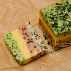 Welcome to our series about butter. Part 1 is about making butter, Part 3 is about molding it and Part 4 is about storing it. Flavored butter (also known as compound butter)… Homemade Food Gifts, Homemade Butter, Flavored Butter, Butter Recipe, Chutneys, Compound Butter, Herb Butter, Barbacoa, Kraut