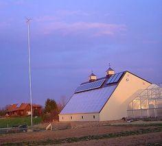 Granja-desconectada-de-la-red-RainFresh-Harvests-con-energia-solar-mini-eolica-y-sistemas-pasivos