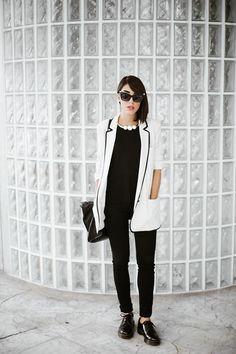 Comprar ropa de este look:  https://lookastic.es/moda-mujer/looks/blazer-camiseta-con-cuello-barco-pantalones-pitillo-zapatos-derby-bolso-bandolera-collar-de-perlas/3749  — Collar de Perlas Blanco  — Blazer Blanco y Negro  — Camiseta con Cuello Barco Negra  — Pantalones Pitillo Negros  — Zapatos Derby de Cuero Negros  — Bolso Bandolera de Cuero Negro