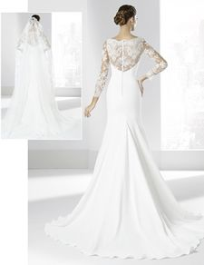 Traje de novias con escote cruzado y manga larga.