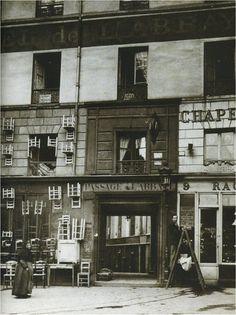 Paris disparu : voici le passage de l'Abbaye en 1896, peu de temps avant sa disparition. Construit en 1841, il reliait la rue du Four à la rue Sainte-Marguerite (également disparue), puis au boulevard Saint-Germain n° 143. Une photo de (probablement) Charles Marville.