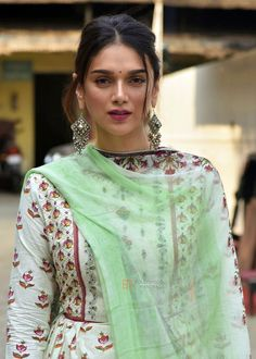 Welcome to Daily Bollywood Queens your source for all the amazing women of Bollywood we track Pakistani Dresses, Indian Dresses, Indian Outfits, Indian Attire, Indian Wear, Bollywood Fashion, Bollywood Actress, Bollywood Girls, Ethnic Fashion