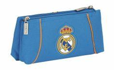 Esta colección de papelería escolar del Real Madrid está basada en la segunda equipación oficial del club blanco para la temporada 2013/2014. El color de fondo de esta nueva línea de material para el cole es el azul. También se utiliza el naranja en los pequeños detalles de la colección, creando un agradable contraste a la vista. Dimensiones: 22 cm x 10 cm x 8 cm.