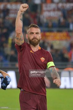 News Photo : AS Roma player Daniele De Rossi celebrates the...