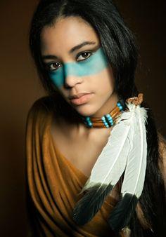 indianer-schminken-blaue-farbe-unter-den-augen-eine-wunderschöne-junge-frau- sehr- schön-und cool aussehen