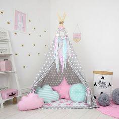 Cette tente de jeu est faite pour les petites filles en quête d'aventure à l'intérieur ou l'exterieur. Extérieur à pois et un tapis de jeu floral apporte ressort à chaque pièce. Mis en place une partie de thé, organiser un dodo ou tout simplement caresser ensemble à l'intérieur de ce tipi