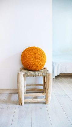 Round Pillow Crochet Wool by hand dyed in orange por lacasadecoto, €24.00