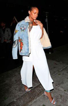 Street style look Rihanna macacão branco, ajqueta jeans e sandália tiras.