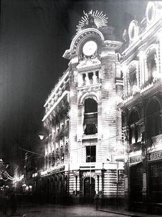 Los edificios de la Mexicana y La Esmeralda, en la calle de Espiritu Santo y Plateros, hoy Isabel la Catolica y Madero.- 1910
