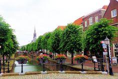De binnenhaven van Schoonhoven staat loodrecht op de Lek en loopt dwars door de oude stadskern. Het water deelt het voormalige vestingstadje in tweeën. Het oudste deel, de Oude Haven, ligt ten noorden van de Waag en het nieuwe deel, de Haven, ten zuiden ervan.  Aan weerszijden van het water staat in dit deel een lange rij statige herenhuizen. Veel panden stammen oorspronkelijk uit de 17e eeuw, maar vaak zijn de voorgevels in de 19e eeuw aan de toen heersende smaak aangepast.