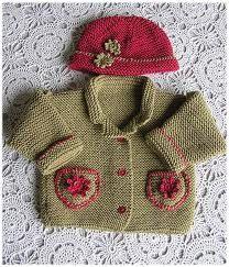 Kına yeşil renk ve kırmızı iple örülmüş yine şık bir bebek hırkası ve beresi | En moda ve En Yeni Giyim Trendleri
