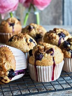 Speltmuffins med eple og blåbær  #muffins #spelt #speltmuffins #blåbær #blåbærmuffins #blueberrymuffins #eple #apple #baking #freshfood #enkel #easy #oppskrift #recipe Fudge Brownies, Beef Stroganoff, Cupcake Recipes, Donuts, Nom Nom, Waffles, Peanut Butter, Caramel, Muffins