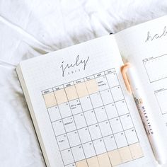 In my article titled The Bullet Journal Inspiration Layout, I talk about a system to brainstorm ideas on your paper and quickly jot them down. Bullet Journal Organisation, Planner Bullet Journal, Digital Bullet Journal, Bullet Journal Aesthetic, Bullet Journal Notebook, Bullet Journal Junkies, Bullet Journal Ideas Pages, Bullet Journal Spread, Bullet Journal Inspo